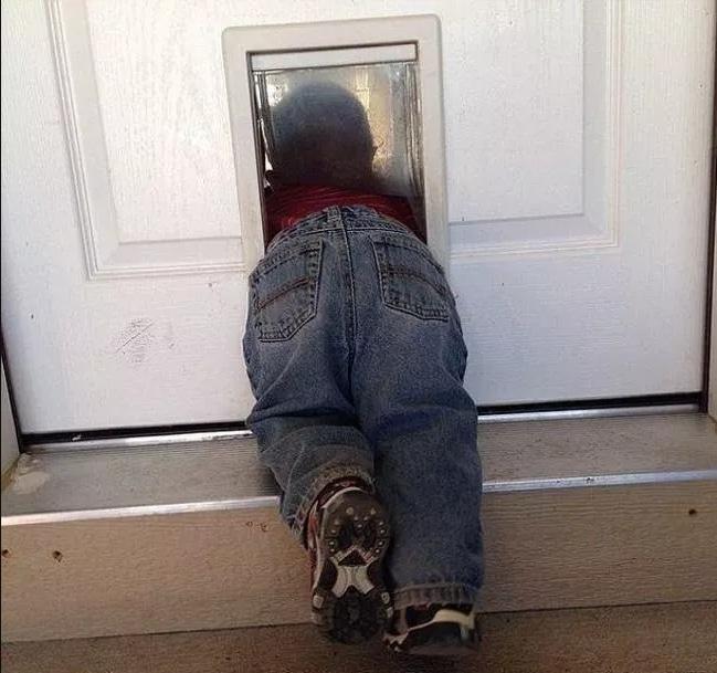 ребенок застрял в двери
