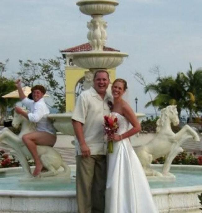 жених и невеста у фонтана