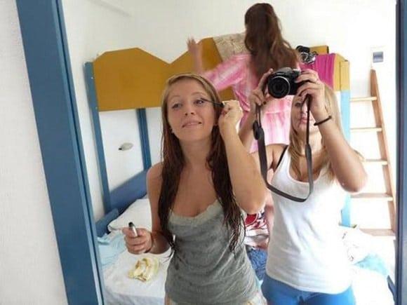 девушки фотографируют себя в зеркале рис 2