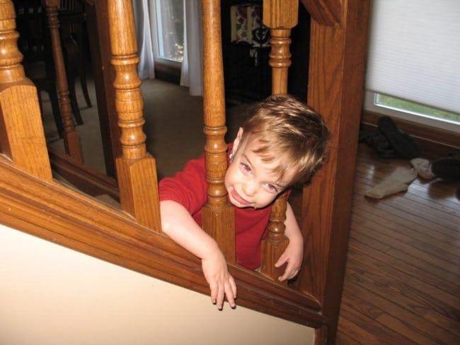 мальчик застрял головой в лестнице
