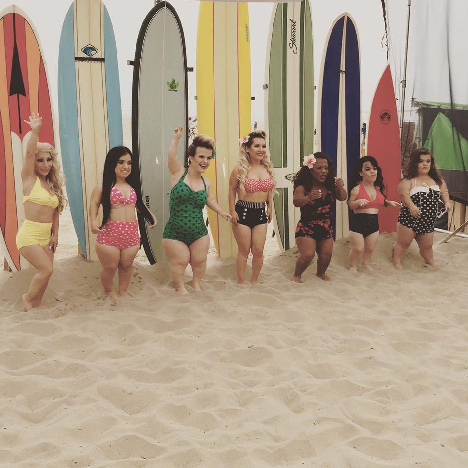 женщины-карлики на серфинге