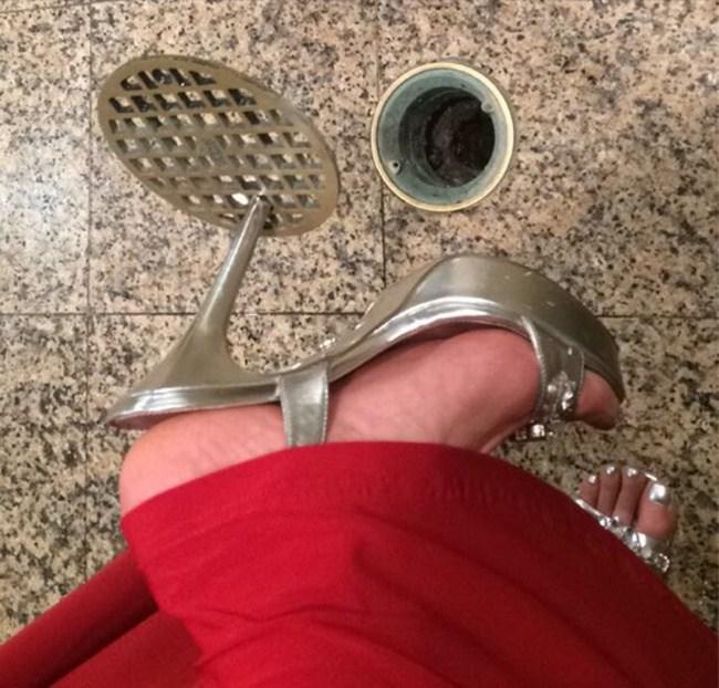 каблук застрял в решетке