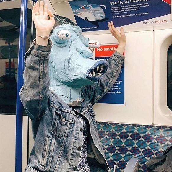 человек в маске в метро