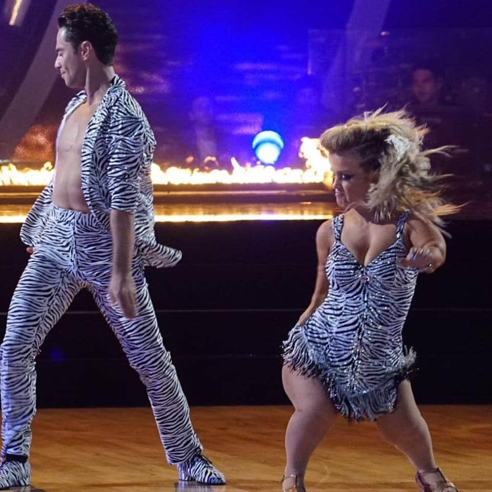 лилипутка и танцор в шоу танцев