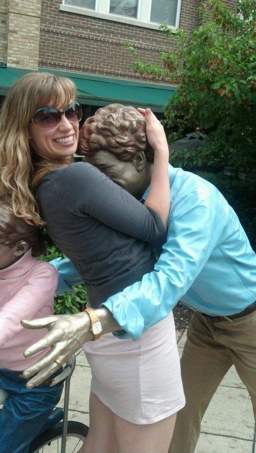 девушка обнимает памятник