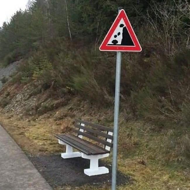 скамья возле дорожного знака