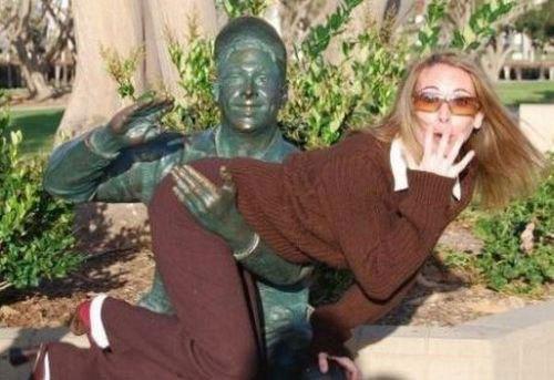 девушка со статуей