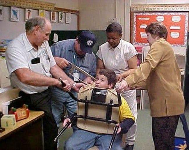 мальчик застрял головой в стуле