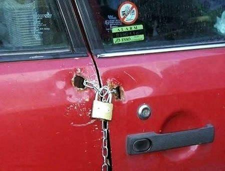 замок на двери автомобиля