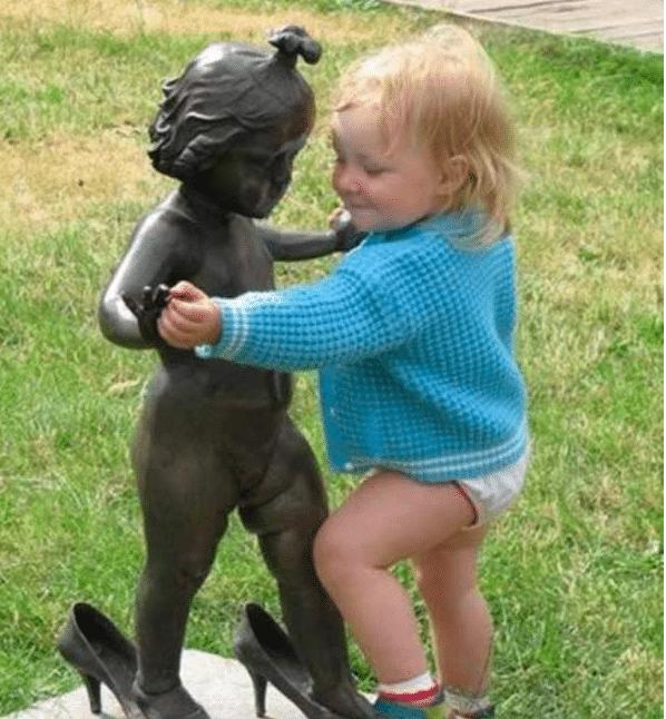 девочка со статуей девочки