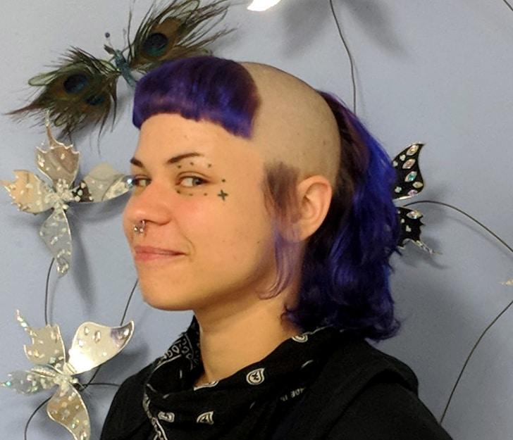 девушка с бритой головой