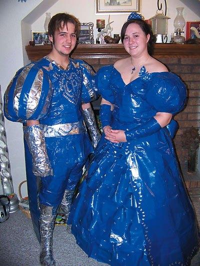 парень и девушка в необычных костюмах
