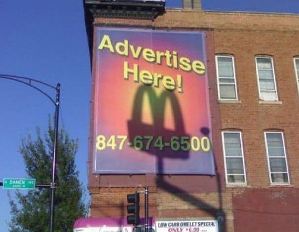 рекламный щит на доме