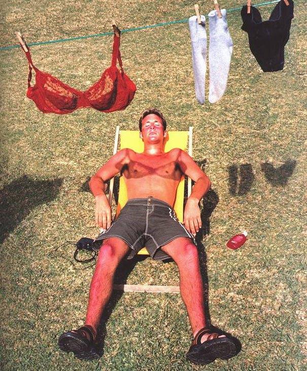 мужчина загорает в кресле
