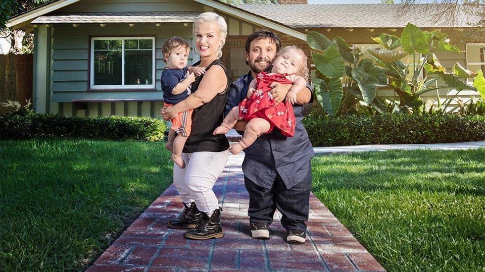 маленькие люди, лилипуты с детьми возле дома