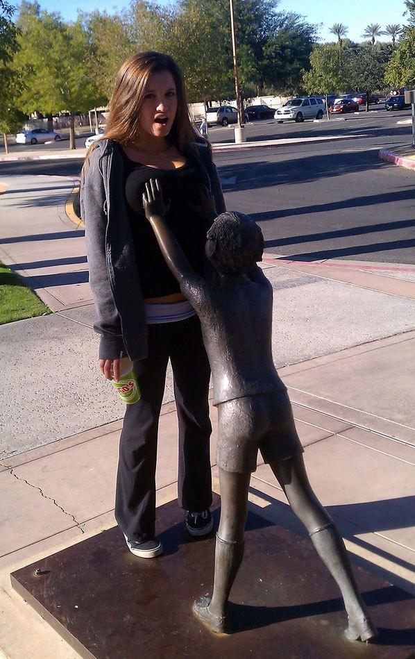 девушка рядом со скульптурой мальчика