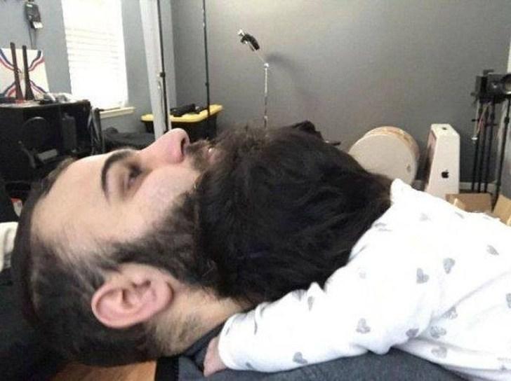 бородатый мужчина с ребенком