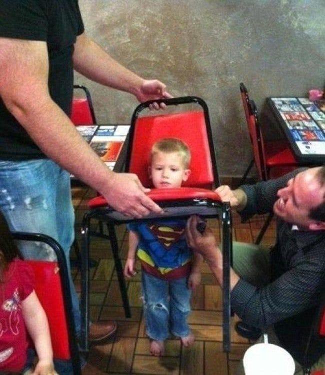 мальчик застрял в стуле