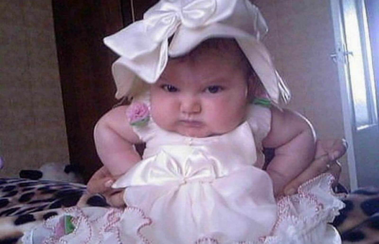 маленькая девочка в белом