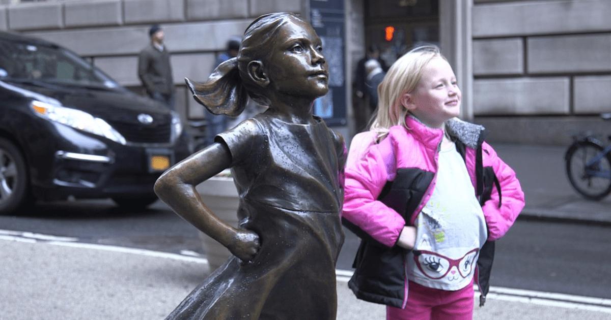 девочка рядом со скульптурой