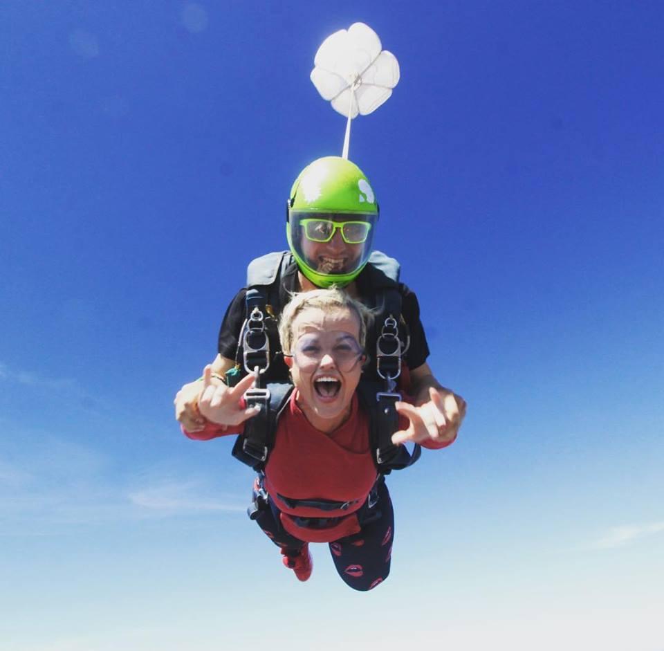женщина-карлик прыгает с парашютом