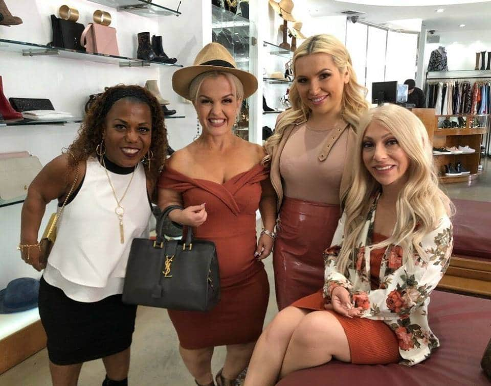 девушки-лилипуты в магазине одежды