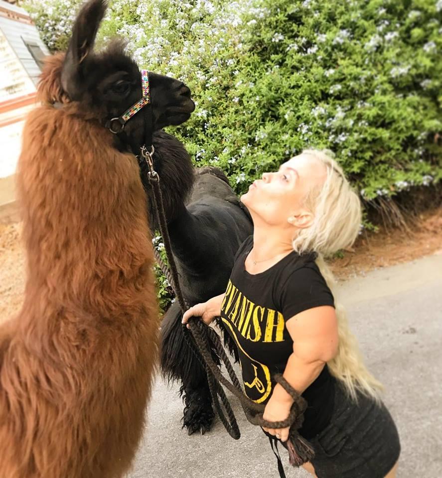 девушка-лилипут целует ламу