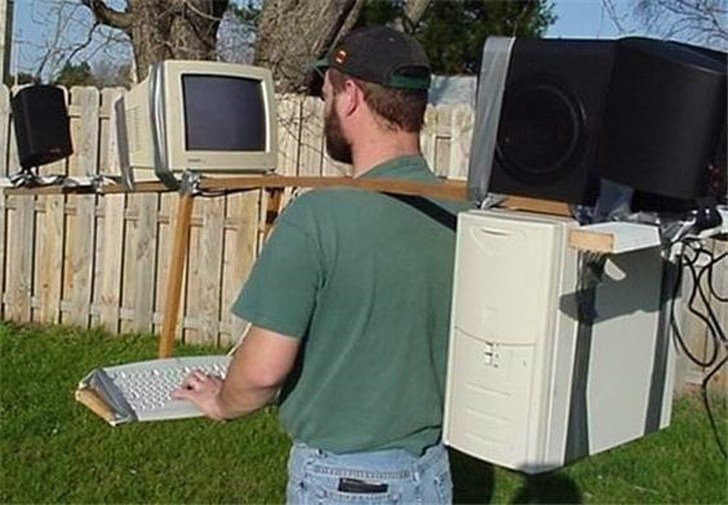 мужчина с компьютером на плечах