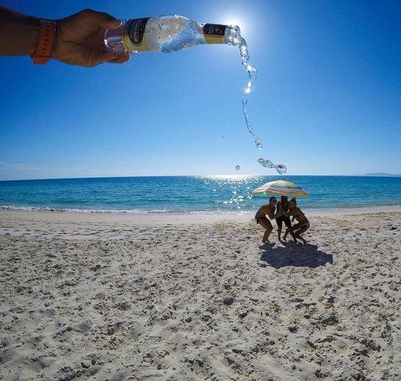 люди под зонтом на пляже