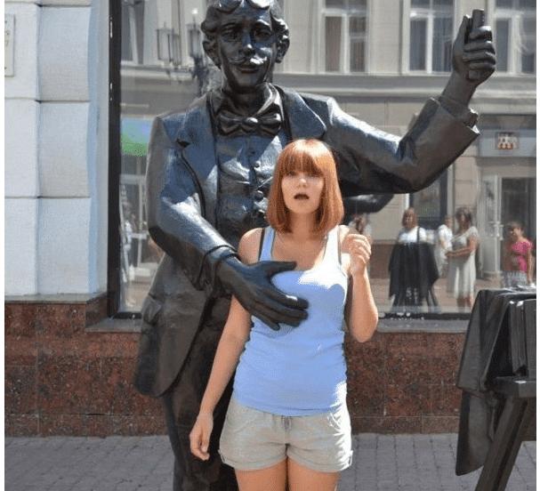 статуя трогает девушку за грудь