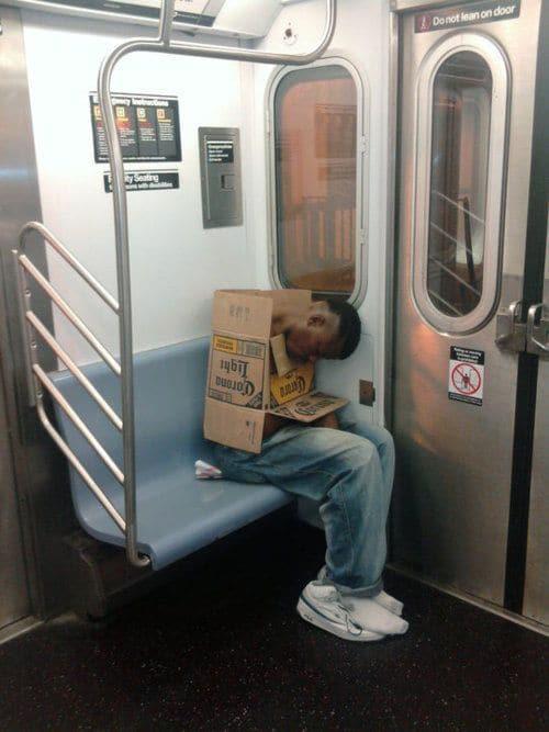 парень спит в метро