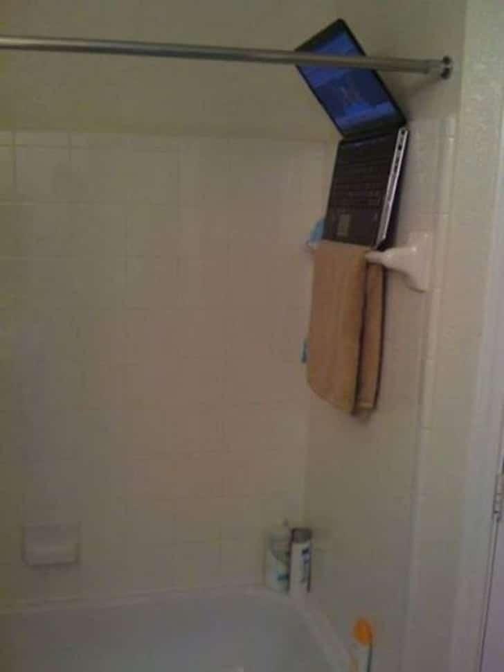 лэптоп в ванной