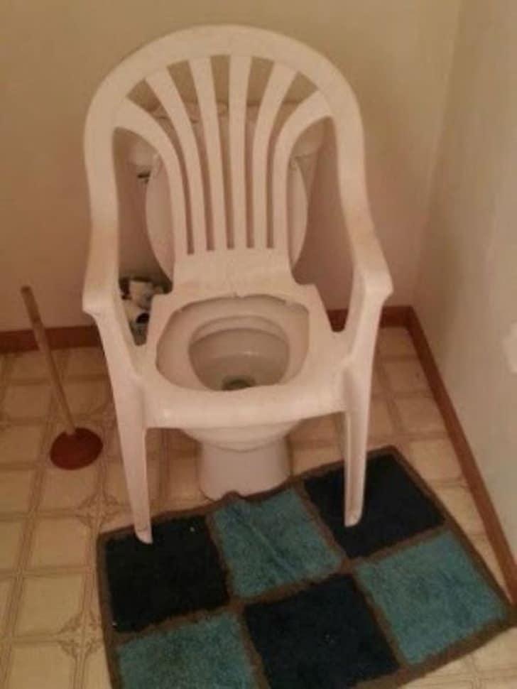 стул в туалете