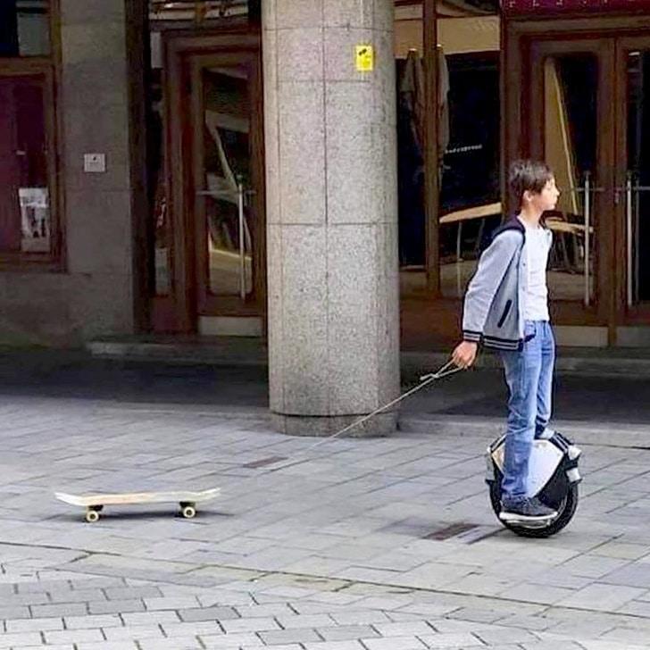 скейт на поводке