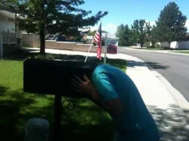 ребенок с головой в почтовом ящике