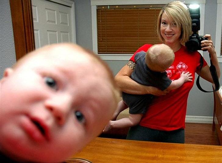 мама с ребенком делает фото