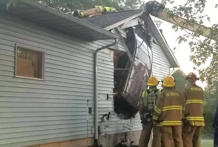 авто врезалось в дом