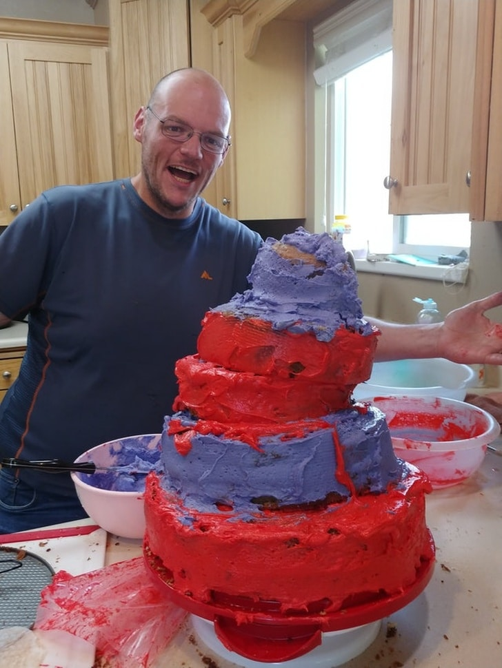 мужчина рядом с тортом