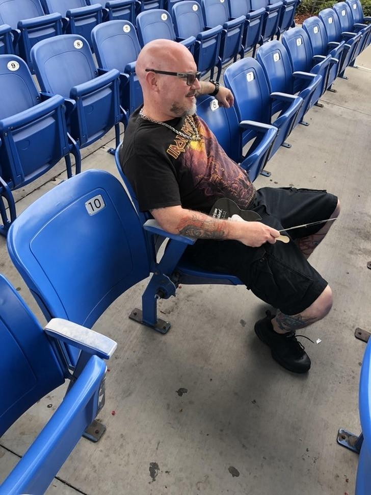 мужчина на стадионе