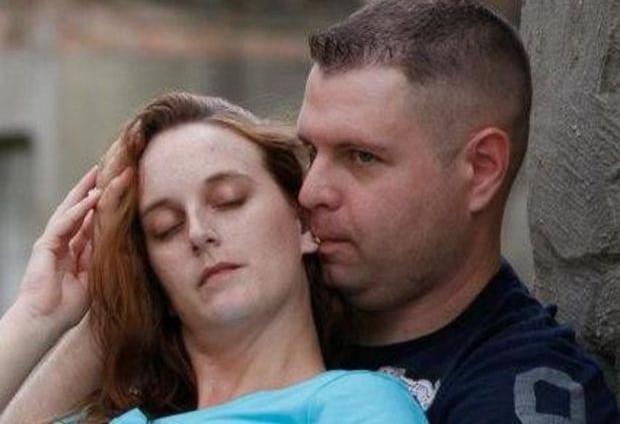 мужчина целует в ухо женщину