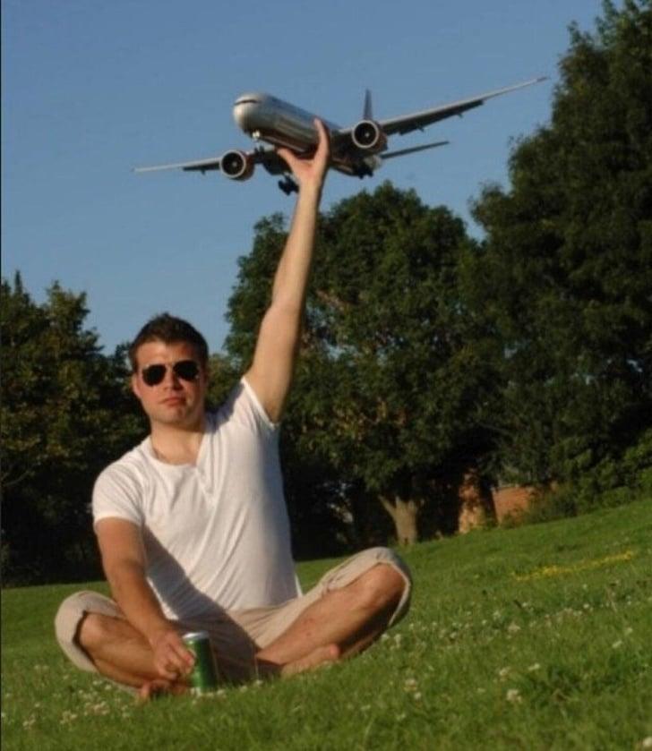 самолет в руках