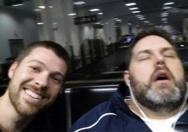 мужчина спит в наушниках