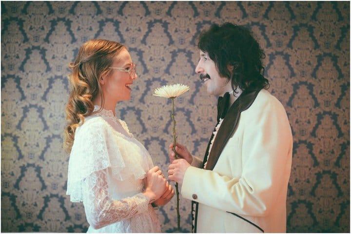 Эрин и Стив с цветком