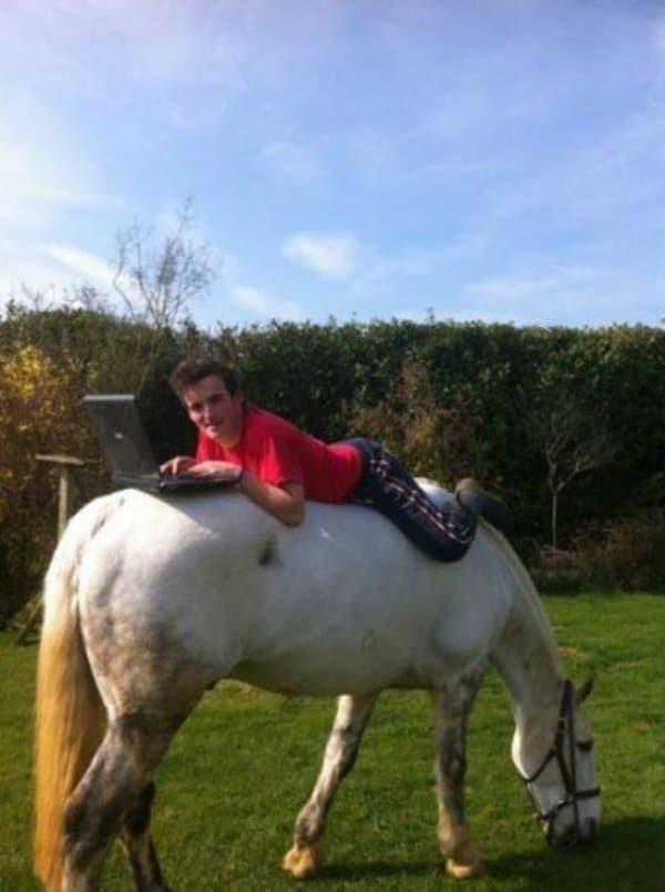 парень с ноутбуком на лошади