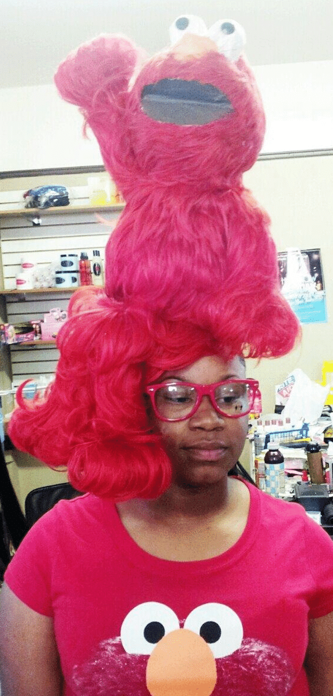 кукла элмо на голове у женщины