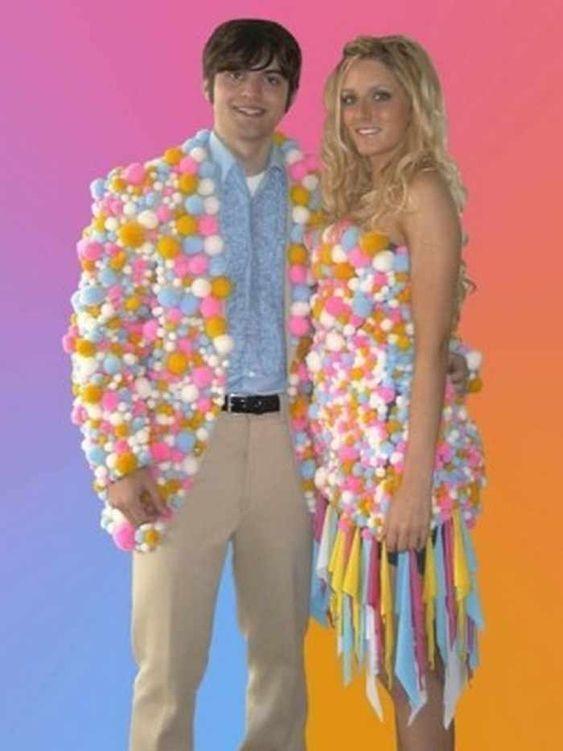 парень и девушка в забавных нарядах