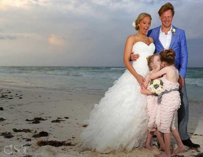 девочки целуются перед женихом и невестой