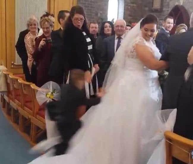мальчик прыгнул на платье невесты