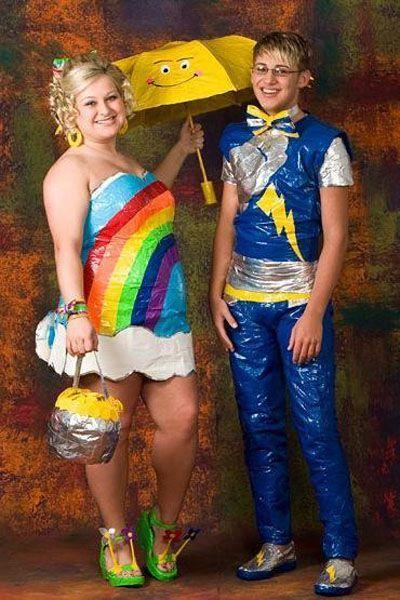парень и девушка в странных выпускных костюмах
