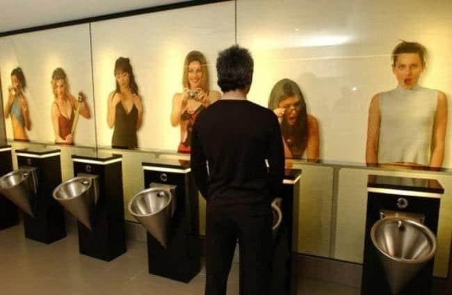 фото девушек в туалете